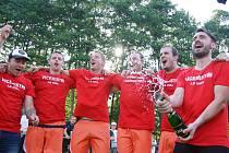 Fotbalisté Radešínské Svratky (v oranžových dresech) si vybojovali postup do krajské I. A třídy.