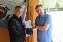 Takto v sobotu převzal Pavel Vejrosta (vlevo) cenu Karla Zlonického z rukou předsedy OFS Žďár nad Sázavou Jaroslava Beneše.