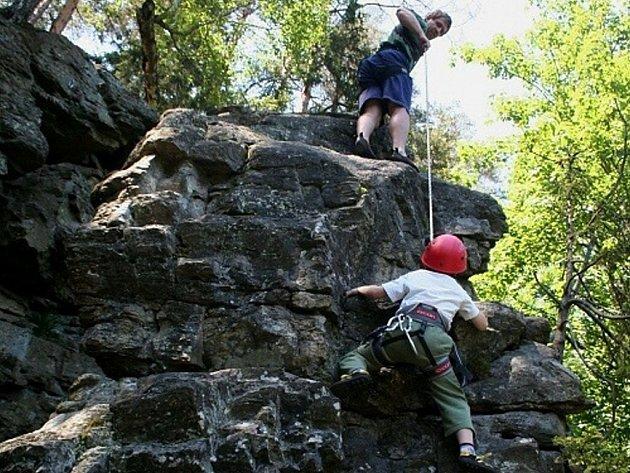 """Rozštípená skála je turisticky přístupná a oblíbená, hojně ji využívají horolezci. Na vrchol """"Rozštípenky"""" u Hamrů nad Sázavou  vede několik lezeckých cest."""