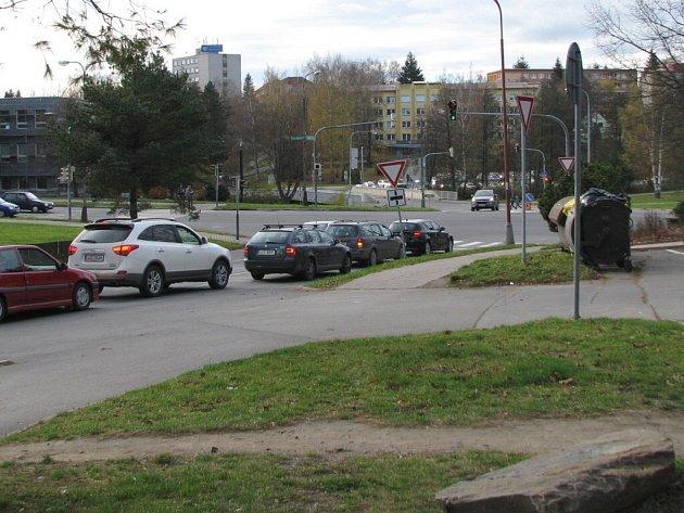 Na frekventované parkoviště není leckdy snadné vjet ani mimo špičku.
