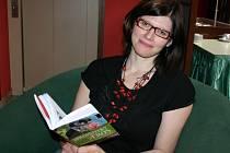 Martina Bittnerová se svojí knihou Spisovatelky a Erós