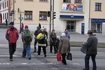 """PŘECHOD NA NÁMĚSTÍ.  Podle chodců patří k nebezpečným přechodům ve Žďáře nad Sázavou i """"zebra"""" v centru okresního města v blízkosti Staré radnice."""