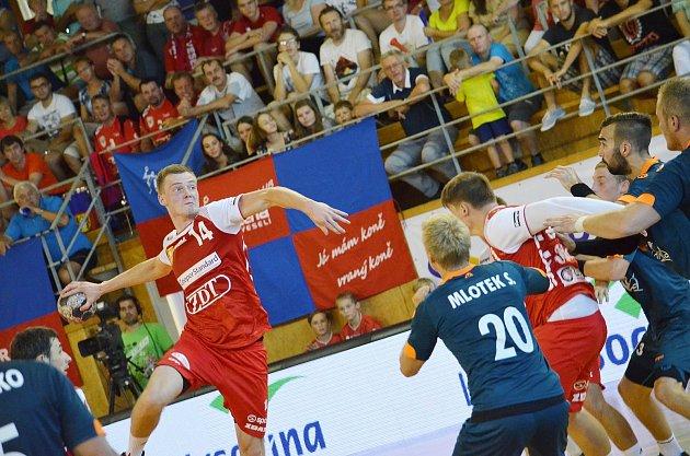 Premiéru mezi českou elitou si Nové Veselí odbylo vsezoně 2016/2017. Na snímku jsou hráči klubu ze žďárského okresu včervených dresech vdomácím utkání proti Karviné.