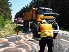 Důsledky střetu osobního auta s nákladním.