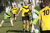 Dres Počítek obléká bývalý hráč Žďáru Roman Schneider (s míčem), jenž obstaral úvodní gól do sítě Rozsoch.