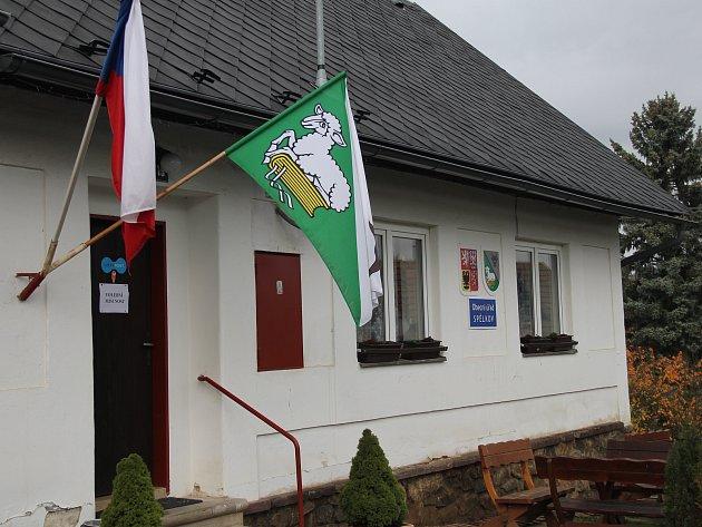 Lidé ze Spělkova chodí volit do budovy obecního úřadu.