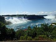 Pohled na Niagárské vodopády, jimiž prochází hranice mezi Kanadou a Spojenými státy americkými.