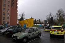Silný vítr srazil konstrukci rozestavěného reklamního stanu v Jihlavě.