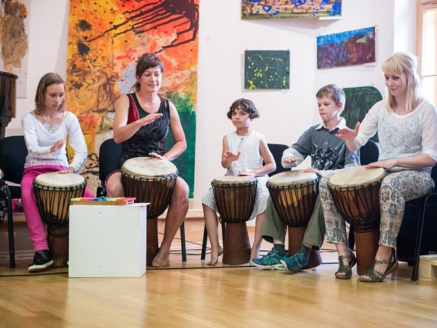 Výstava potrvá do příštího úterý, tedy do 28. června. Vernisáž doplnila ukázka muzikoterapie.