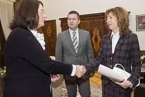 Podnikatelka Zuzana Šánová (vpravo) v dolní komoře nahradila Věru Jourovou (obě ANO)