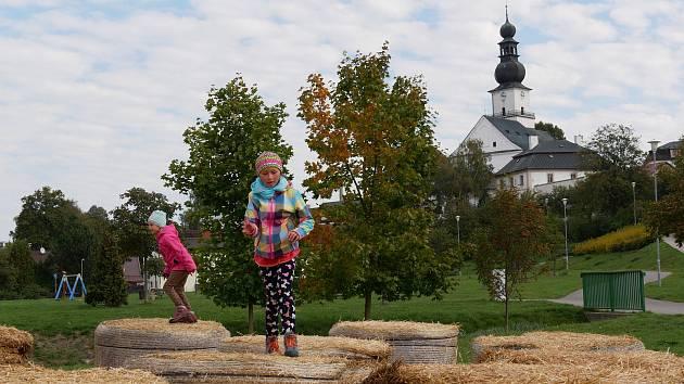 Balíky slámy ve žďárském parku na Farských humnech jsou cílem malých i starších dětí...