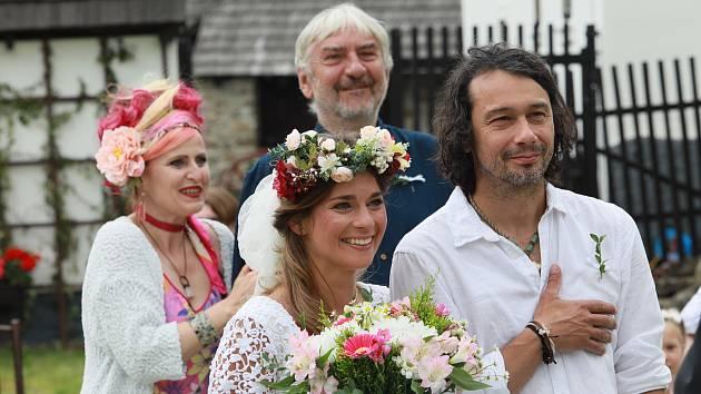 V seriálu uvidí diváci mimo jiné i Jiřího Langmajera, Tatianu Dykovou, Annu Polívkovou, Arnošta Goldflama nebo Pavla Lišku.