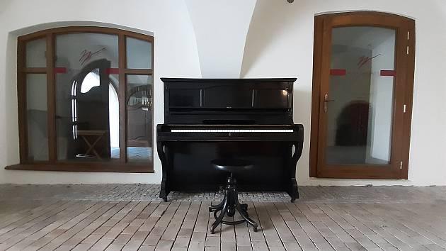 """""""Pouliční"""" klavír z nádraží zájemci najdou v průchodu Veliše"""