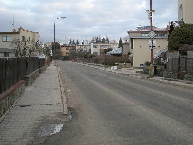 Generální rekonstrukci veřejného osvětlení ve Žďáře 7 chce nyní radnice spojit s opravou všech povrchů. Chodníky i silnice jsou tam také ve špatném stavu.