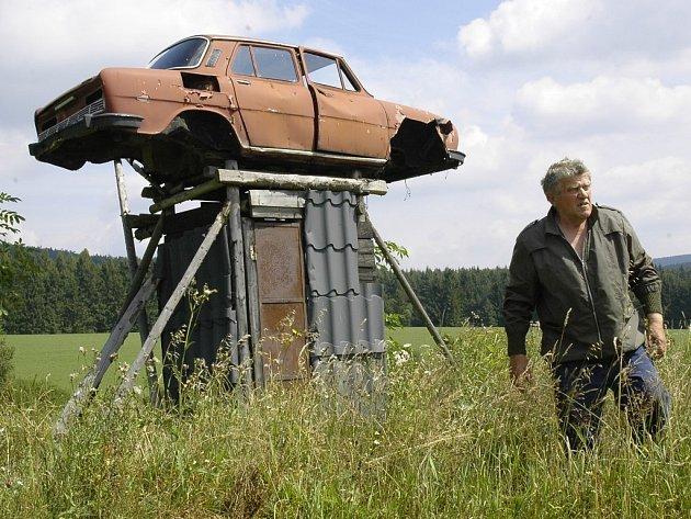 Netradiční posed postavil na svém poli Josef Blažíček ze Škrdlovic. Aby vyplašil zvěř, která mu ničí úrodu, vytvořil si posed ze staré škodovky.