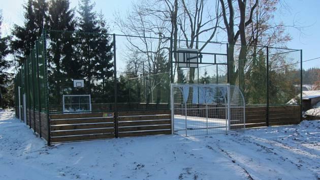 V listopadu zástupci obce převzali nové víceúčelové sportoviště, na kterém se zájemci mohou věnovat pestré škále aktivit.