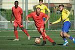 Ve středečním dohrávaném utkání 4. kola moravskoslezské divize zvítězili fotbalisté Velké Bíteše (ve žlutých dresech) na půdě Staré Říše (v červeném) 4:3.