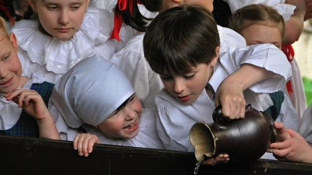 Součástí páteční slavnosti bylo i vystoupení dětského folklorního souboru Kamínek ze Žďáru nad Sázavou.
