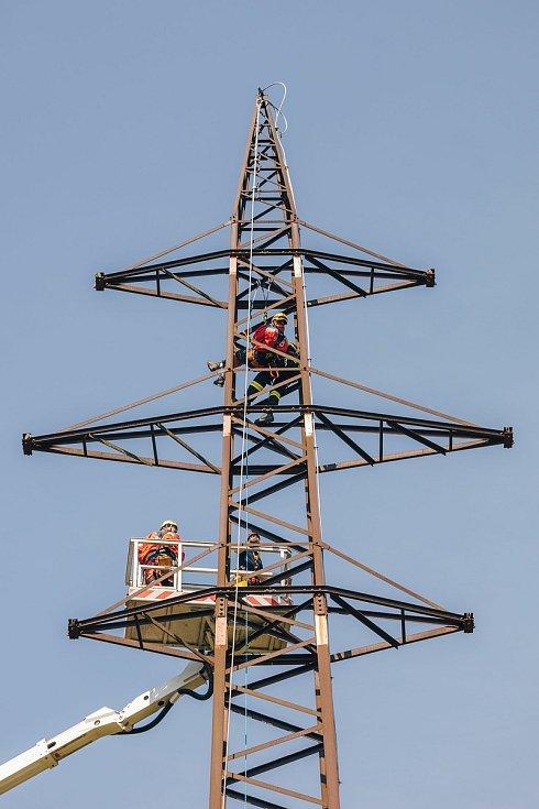 Hasiči společně s energetiky nacvičovali záchranu pracovníka po zásahu elektrickým proudem ze stožáru velmi vysokého vedení.