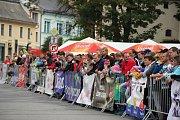 Diváci si na Vratislavově náměstí užívali atraktivní podívanou.