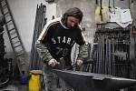 Karel Ondráček z Vysokého se vyučil kovářem a podkovářem. A tuto práci dělá dodnes.