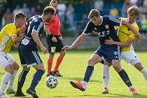 Až díky dvěma brankám v závěru zápasu zdolali fotbalisté Nového Města na Moravě (v modrém) v přípravném duelu Bystřici 3:1.