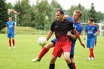 Fotbalistům Radešínské Svratky (v modrých dresech) se v novém ročníku druhé nejvyšší krajské soutěže vůbec nedaří.