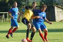 Fotbalisté Moravce (ve žlutém dresu) se budou teprve rozhodovat, zda setrvají i pro následující sezonu v krajské 1. A třídě.