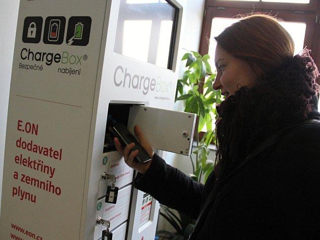 Zařízení, které je schopno doplnit ztracenou energii najednou až šesti mobilním telefonům, je umístěno v prvním poschodí novoměstské radnice.