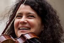 Největší hvězdou festivalu bude česká houslistka a zpěvačka Iva Bittová. Do Města přijede ve čtvrtek 9. července.