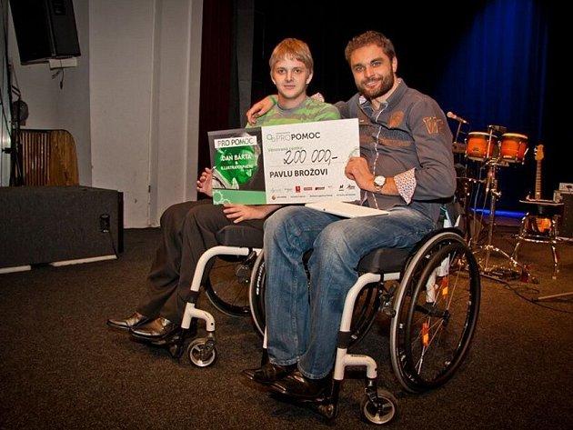 Vozíčkář Pavel Brož (vlevo) získal díky benefici šek na 200 tisíc korun. Večerem provázel další vozíčkář Martin Zach.