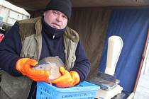 Tradiční sváteční rybu rybáři prodávají i na náměstí Republiky ve Žďáře nad Sázavou.
