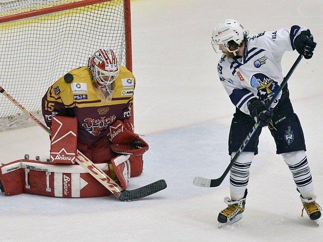 Druhý zápas semifinále play off první hokejové ligy: HC Dukla Jihlava - HC Rytíři Kladno, 14. března v Jihlavě. Brankář Jihlavy Miroslav Svoboda a Adam Kubík z Kladna.