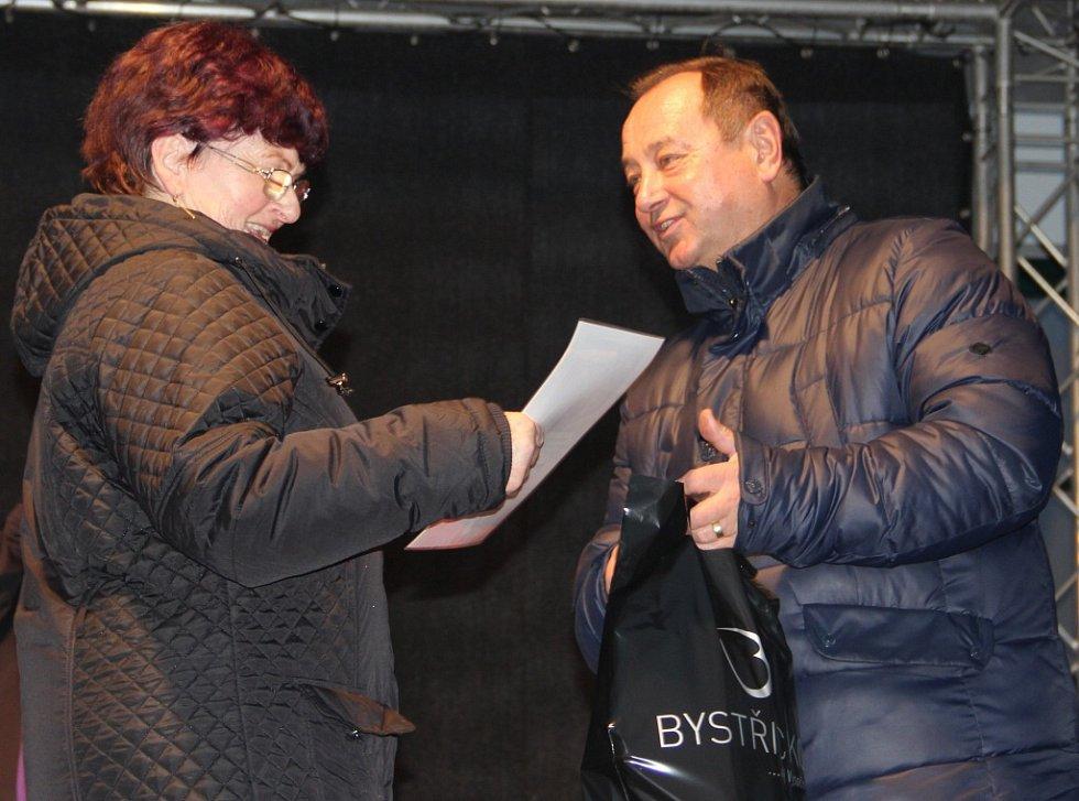 Marie Houdková přebírá v Bystřici nad Pernštejnem cenu za Nejlepší vánočku 2016 od starosty Karla Pačisky.