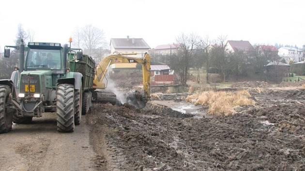 Z Kazmírova rybníku je v těchto dnech odváženo bahno. Následovat bude úprava okolí i přeložení říčky Bobrůvky.