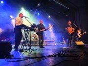 Po půlnoci to v sále rozjela brněnská kapela Zelená pára.