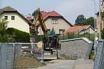 Stavební práce v bystřické Zahradní ulici.