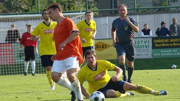 Fotbalisté Vrchoviny se budou muset v nedělním zápase s Herálcem obejít bez špílmachra Lukáše Michala (ve světlém), který má studijní povinnosti.