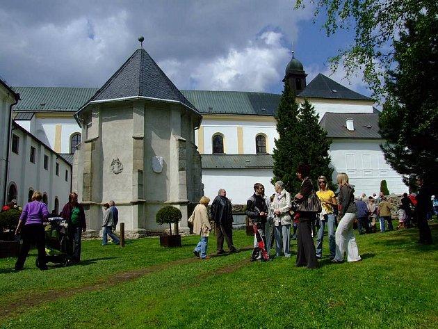 Obrovský úspěch měla u návštěvníků nedělní akce Otevřené zahrady. Do žďárského zámeckého areálu se po poledni nahrnuly tisíce lidí, které zajímalo, jak to vypadá v těch zákoutích památky, jež nejsou běžně přístupné.