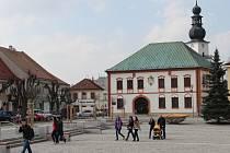 K atraktivitám opraveného náměstí Republiky ve Žďáře nad Sázavou patří kašna s osvětlením. Atmosféru v centru kolemjdoucím zpříjemňují i melodie zvonkohry.