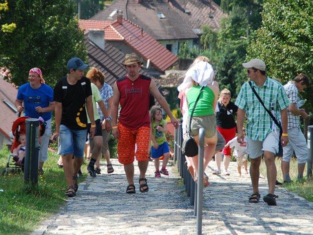 K téměř šesti tisícům účastníků celostátního setkání křesťanské mládeže, které se minulý týden konalo ve Žďáře nad Sázavou se o víkendu přidaly ještě další asi tři tisícovky poutníků.