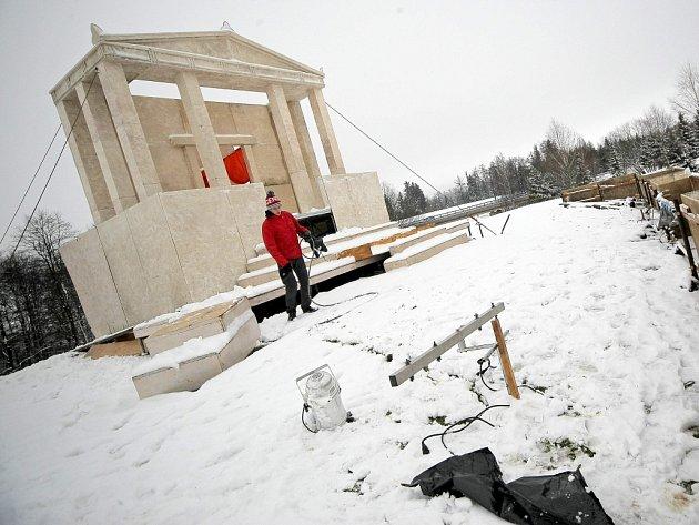 Počasí pašijové hře ve Žďáře v úterý 31. března nepřálo.
