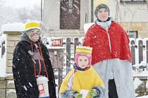 My tři králové jdeme k vám… To se o víkendu rozléhalo mnoha obcemi na Žďársku. Až do 14. ledna se totiž v České republice koná již devatenáctý ročník Tříkrálové sbírky. V sobotu skupinky tří koledníků koledovaly také ve Vojnově Městci (na snímcích).