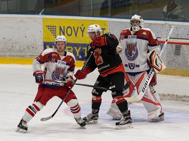 Hokejisté Žďáru (v černém) ve II. lize třikrát za sebou prohráli. Naposledy padli výsledkem 3:5 v Klatovech.