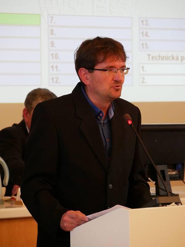 Zastupitelé si jako starostu zvolili koalicí navrženého Martina Mrkose. Posty místostarostů obsadí Ludmila Řezníčková a Josef Klement. Na snímku Zbyněk Vintr (KDU-ČSL).
