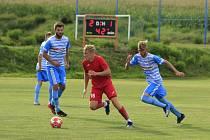 V krajském derby v neděli vyzvou fotbalisté Humpolce (v modrobílém) hráče Staré Říše (v červeném).