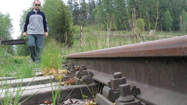 Koleje mezi Sázavou a Přibyslaví zarůstají trávou.