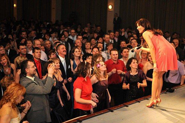V pořadí již 13. ples firmy PKS se v sobotu konal ve žďárském Domě kultury.