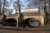 SOCHY. Oprava historického mostu ve Žďáře se dotkne i soch. Ty budou nahrazeny replikami.