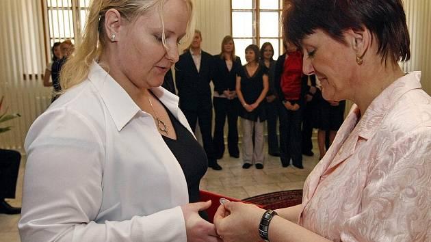 Celkem patnáct studentek a jeden student symbolicky zakončili své tříleté působení na Vyšší odborné škole zdravotnické ve Žďáře nad Sázavou.